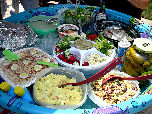 Creative party ideas to keep things cool balancing for Picnic food ideas for large groups