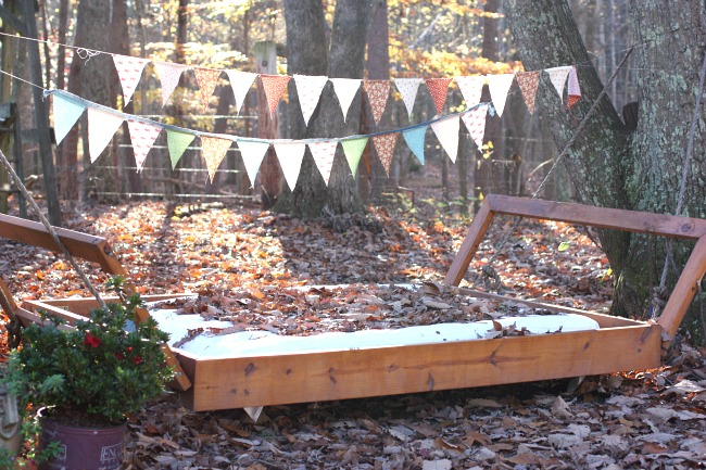 This is such a wonderful outdoor party idea - easy fabric banner and swinging bed